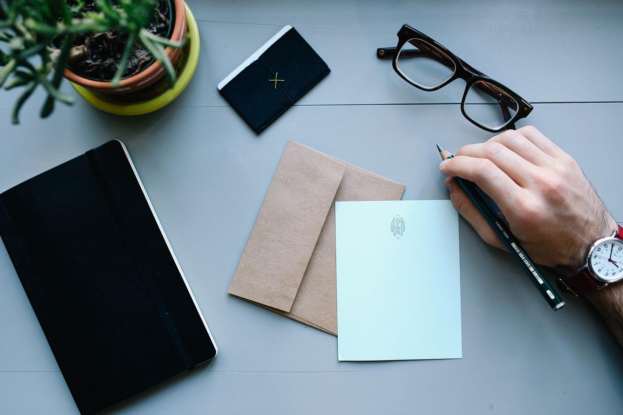 【就活生必見!】履歴書を持参・郵送する際の封筒の選び方と書き方