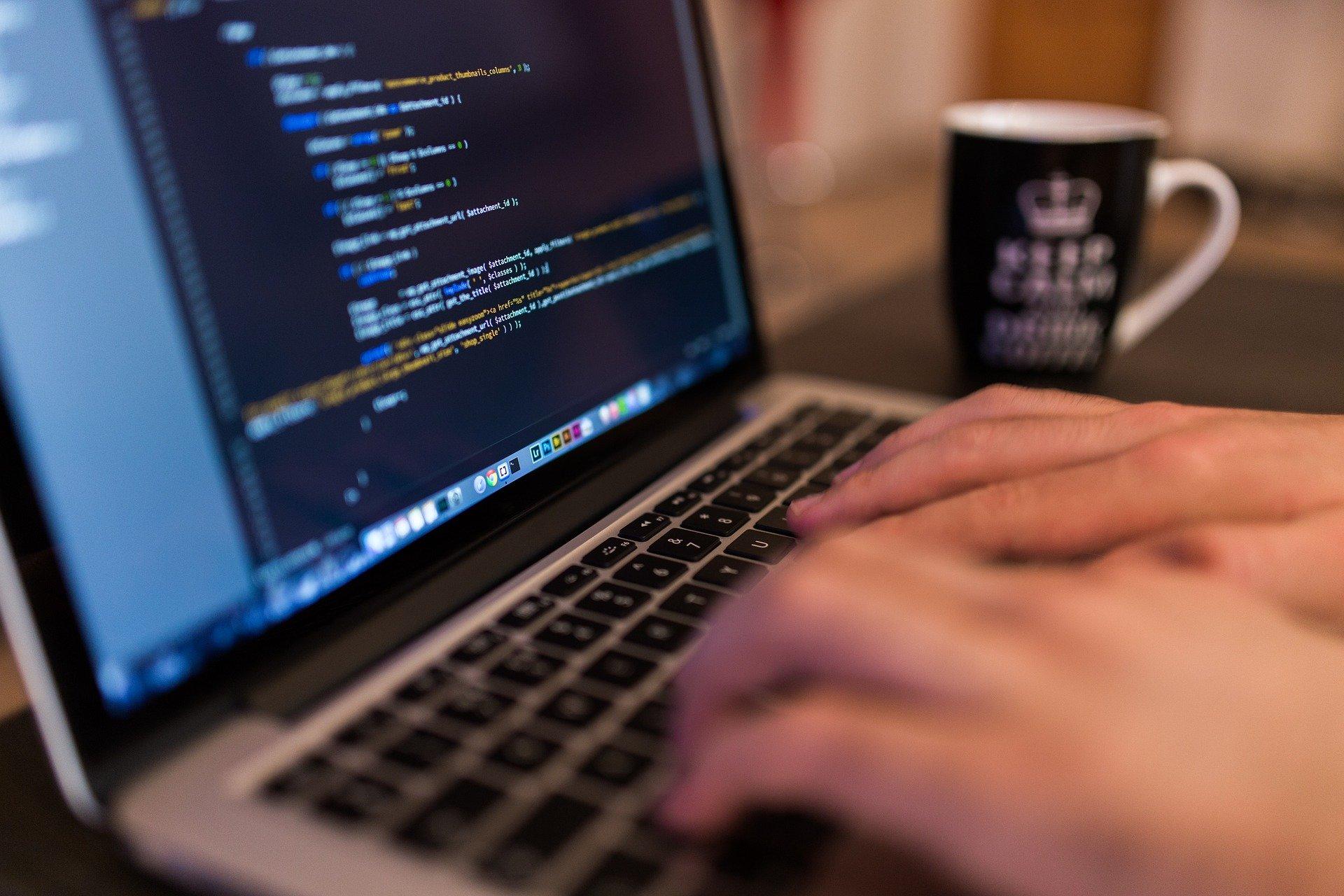 就職前にプログラミングを学ぶべき4の理由!学び方と人気な言語も紹介!