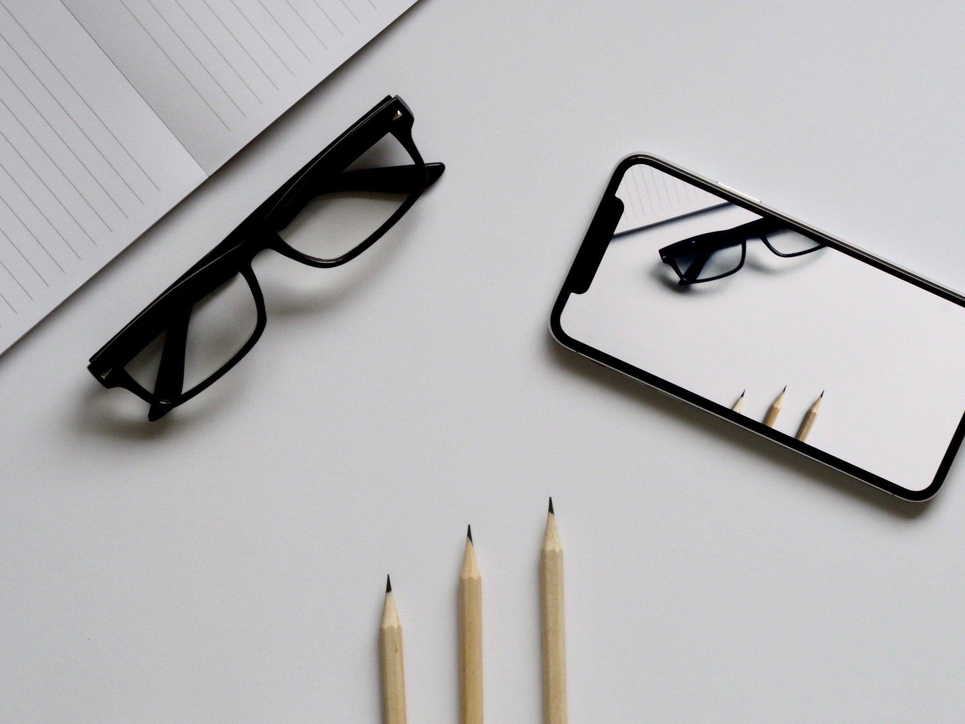 就活で失敗しないメガネの5つの選び方は?顔の輪郭別のフレームやマナーも紹介!